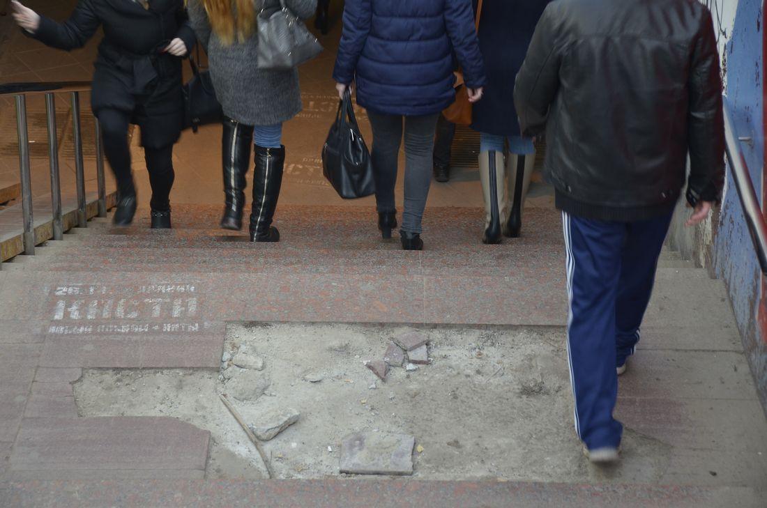 Недавно отремонтированный переход стремительно разрушается: ФОТО
