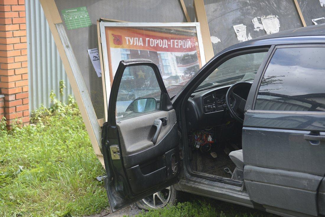 Водитель иномарки снес остановку на Циолковского: ФОТО