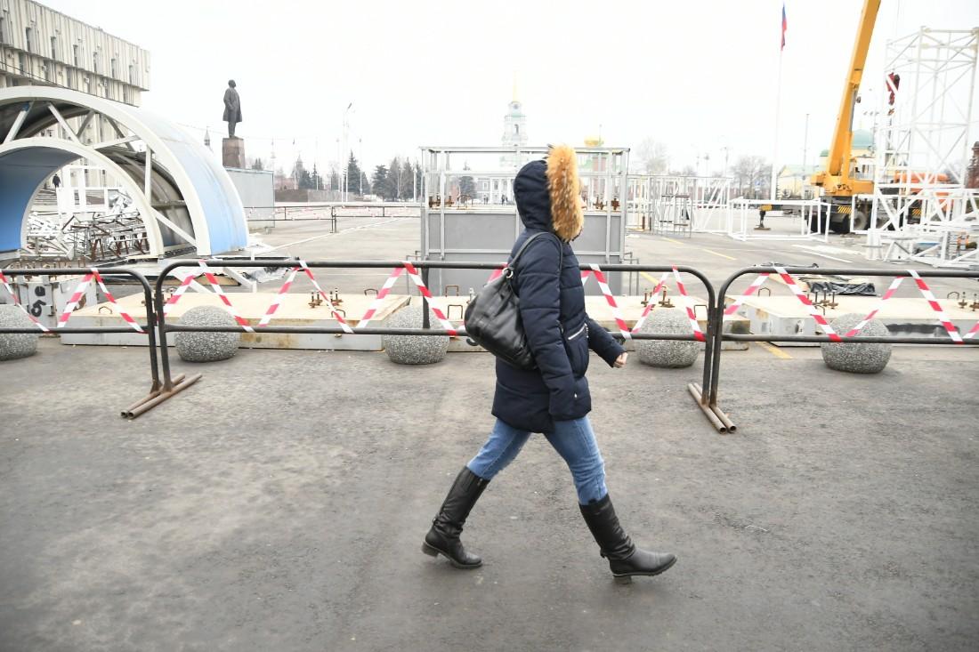 Установка главной ёлки и новогодних ворот: ФОТО