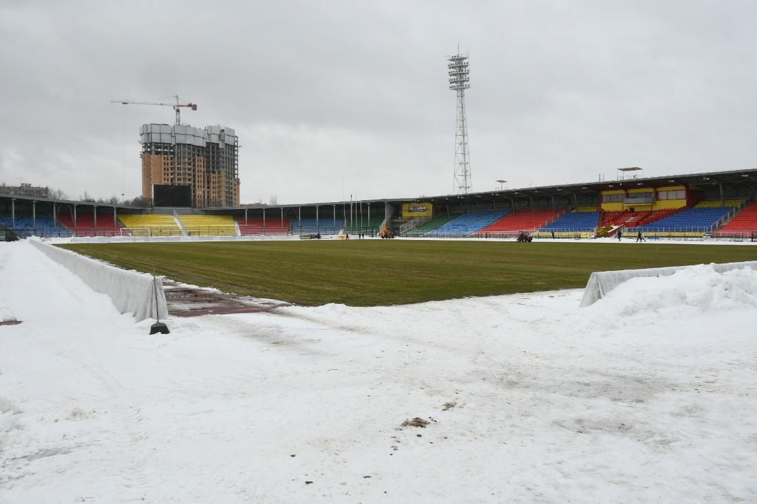 """Поле стадиона """"Арсенал"""" приводят в порядок: ФОТО"""