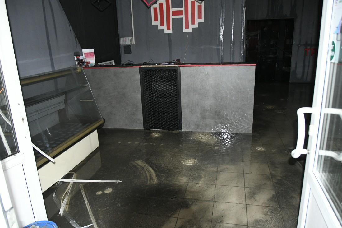 Сгоревший ТЦ в Щёкино: ФОТО