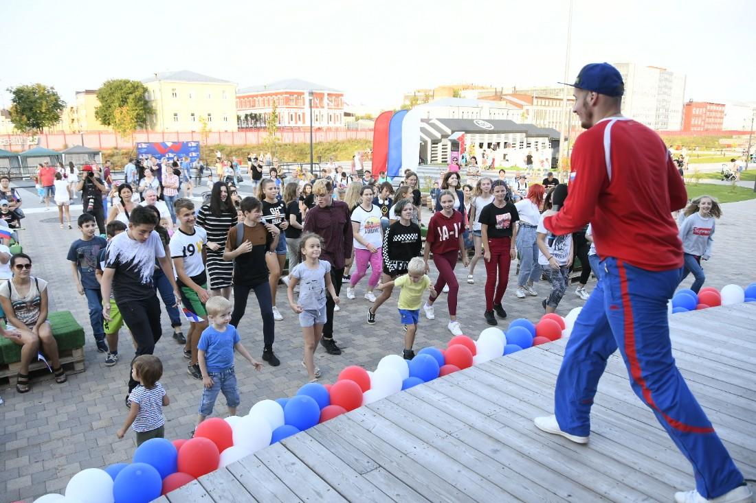 Гулянья и флешмоб в День флага: ФОТО