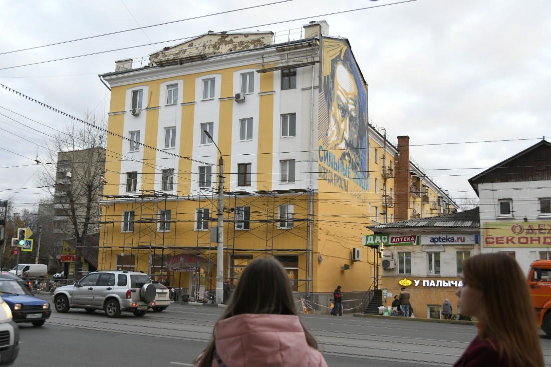 Новое граффити на месте советской рекламы в Туле: ФОТО